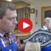 Il ricamo su cuoio con filo di penne di pavone in Alto Adige